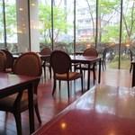 花水木 - 店内は大きなガラス張りなんで明るくて開放的、ホテルに植えられてるお店の名前と同じハナミズキを眺めながら食事ができますよ。