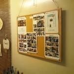 勝手屋 - 店内掲示板に貼られたイベント写真