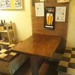 勝手屋 - 店内のテーブル席