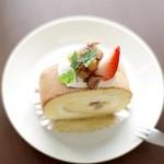 18392450 - 公津の杜ロール、いちごと豆とクリームの和風トッピング