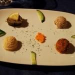 イスタンブール ハネダン - 前菜4種(ピーマンのピラフ詰め、ひよこ豆のペースト、チキンとクルミのペースト、さやいんげんとトマトのオリーブオイル煮込み)