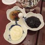 ロイヤルクリスタルカフェ - クロテッドクリーム、ブルーベリージャム、蜂蜜