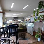 らんぶる 洋菓子店 - 喫茶コーナーから売り場を臨む