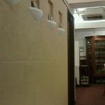 18401713 - 待合場所より撮影。向かって右がテーブル席、左奥がカウンター席。