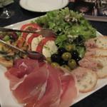 洋食屋 Eccoci - サラダは生ハムとチーズトマトのサラダ、オリーブやお豆が添えられてワインの良く合いそうそうだったんで飲み物はワインへ変更です。