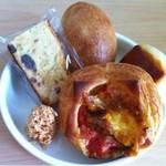 18404183 - 奥から時計回りに野沢菜、パンオレ、トマトミート、ココナッツ、フルーツパウンドケーキ