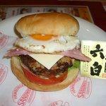 ファミリー - 黒豚にタマゴ&ベーコンにチーズをプラスした佐世保チーズバーガー