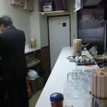 18412481 - 左:壁カウンター、右:厨房カウンター