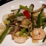 18413887 - 芝海老と花イカのガーリックバターソース炒め