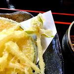 18414297 - 「空海セット」の天ぷら(シュンランの花が!)