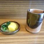 18417618 - 先に漬物とお茶が出されました