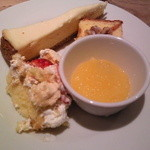 サンデーブランチ - デザート盛り①→チーズケーキ・パウンドケーキ・ベリーのケーキ、オレンジゼリー