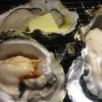 ヤキニク ルース - 生牡蠣がメニューにあって七輪で焼いて食べることも可能。しょうゆとバターと塩レモンでいただきました。