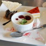 18424819 - 2013.4 デザートプレート(780円)パンナコッタ、チョコチップアイス、イチゴのケーキ、ソフトドリンク付