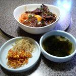 18426985 - ぜいたく合盛丼(ナムル・ワカメスープ付き、830円)
