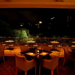 スラッシュカフェ - 夜はキャンドルの光に照らされて