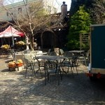 グルマンヴィタル - お店裏 パンの森。外でいただくのもアリ
