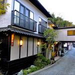 ゆじゅく 金田屋 - 国道から玄関を望む