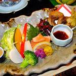 ゆじゅく 金田屋 - 夕食(蒸し野菜・鱒の刺身・鯉の唐揚げの大皿盛り)