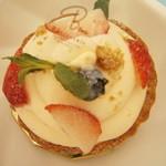 パティスリー ベニー - ホワイトチョコといちごのお菓子