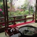 18431379 - 湯豆腐のお鍋のなかに映りこんだ逆さ桜