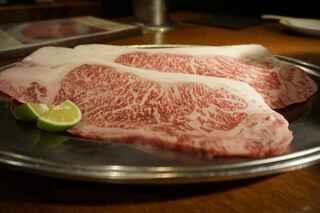 月島 在市 - サシの具合は以前食べた松坂牛の肩ロースほどほど多くはない物の 宮崎牛位のサシがある事から脂も肉も美味しそうな予感です。