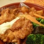 玉仙楼 - 2013.04 鶏の唐揚げ、酢豚風のもの、野菜はブロッコリー、結構バランスも良さげな惣菜セット。