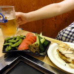 七福 - おつまみとビール(奥さん用)中ジョッキに似合う腕っぷし。