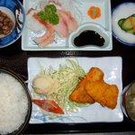 てうり亭 - (てうり亭食) 前浜で捕れた魚料理と刺し盛り3品の日替わり定食