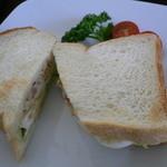 ROQUI  CAFE - 2013.4 チキンと卵のサンドイッチ