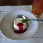 18457801 - デザートのパンナコッタ