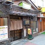 萬里 - お店の入り口は人通りの少ない裏手