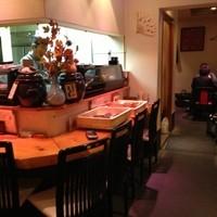 寿司処 海どう-カウンター席と奥のテーブル席