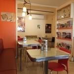 18464248 - お店は簡素なカフェっぽい雰囲気。