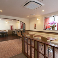 グランディール - バリアフリーのスロープを上ってすぐがカフェスペース