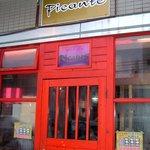 ピカンティ - お店の入口です。 赤がいい感じですよね。