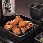 焼酎専科 くろ○ - 赤鶏さつまの炭火炙り焼