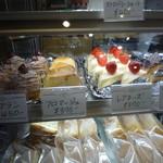 Patisseie Chez Akko - ショーケースの中のケーキ(美味しそう)