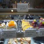 Patisseie Chez Akko - ショーケースの中のケーキ(ショコラティーヌがお薦めのなのかな?)