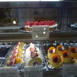 Patisseie Chez Akko - ショーケースの中のケーキ(タルトフレーズが壮観)