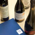 美食 個室・炭火焼・ワイン 縁 - 縁新宿店では常時300本のソムリエ厳選のワインを取り揃え、ちょっと気取ったデートから女子会などにも幅広く気軽にご利用頂けます。