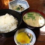 ハチロー - ランチのご飯・味噌汁・小鉢・お新香2013年4月