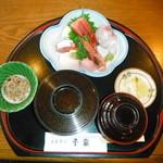 お食事処千家 - 刺身定食。 地元市場の新鮮な魚を使用しています。