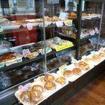 ベーカーキッチンピー - 店内のパン棚1