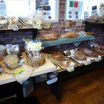 ベーカーキッチンピー - 店内のパン棚2