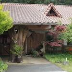 俵山湧水そば - 2013.04風情のある一軒家風の建物です。
