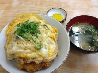 みよし食堂 - カツ丼は味噌汁と漬物が付いてます(^-^)/