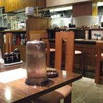 ターボー - テーブル席とカウンター席、座敷があります