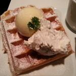 18498995 - 生クリームの下にはバターが・・・・(2013年4月)。