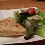 イタリア料理 ドルチェヴィータ - ランチのサラダとピザタイプのパン
